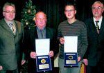 Auszeichnung: Heinrich Kräling und Patrick Stemme erhielte vom Vorsitzenden der Gemeindevertretung, Lothar Dietrich (links) und Bürgermesiter Vestweber die Ehrenplakette. Foto: Schmitt