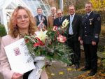 Sie rettete Leben: Stephanie Stirn aus Heimbach erhielt Urkunde und Blumen, weil sie vor einem Jahr bei einem Unfall das Leben eines Mädchens gerettet hat. Foto: Th